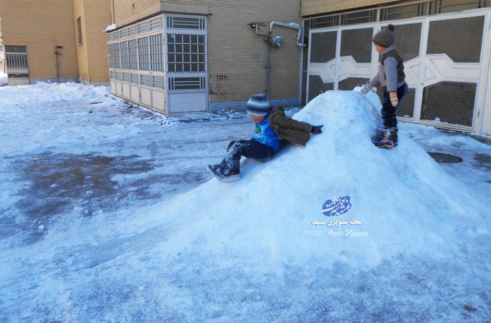 سرسره بازی بچه ها روی سرسره یخی